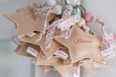 Ideales como detalles para invitados en bautizos, comuniones y bodas Doll Shop, Needlework, Baby Shower, Diy Crafts, Embroidery, Pastel, Babyshower, Dressmaking, Needlepoint