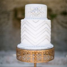 Breaking down the clever design elements behind this gorgeous Great Gatsby Art Deco Wedding Cake! {Jamilah Photography via Style Unveiled}