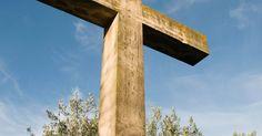 """Como fazer uma cruz com as proporções exatas. A cruz é um importante símbolo de Natal. O apóstolo Paulo disse, """"Longe esteja de mim gloriar-me, senão na cruz de nosso Senhor Jesus Cristo"""". As pessoas fazem cruzes com diversos tipos de materiais diferentes, de folhas de palmeiras até tábuas de madeira. A maioria das igrejas tem uma grande cruz no interior perto do púlpito. Construir uma cruz ..."""