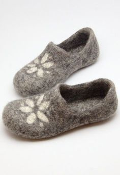 How to make felt slippers - From Britain with Love love these grey and white wool felt slippers in clog shape. Click through to find out how to make a pair of wool felted slippers with other beautiful ideas to try that you'll love to make - and wear! Felted Slippers Pattern, Knitted Slippers, Felted Wool Crafts, Felt Shoes, Wool Shoes, Needle Felting Tutorials, Felt Diy, Felt Dolls, Knitting Socks