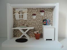 quadro cenário de lavanderia, com tecido no fundo e peças em resina e mdf, podendo ser feito em outras cores.