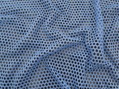 Tela Metalizada 3210 (Azul)          Tela em poliéster em diversas cores. Maleável, ideal para trabalhar com composês. Não é um tecido fluído.  Sugestão para confeccionar: Detalhes em peças, regatas, entre outros.