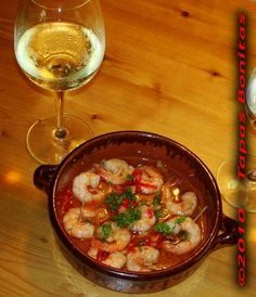 Spanish Garlic Shrimps Recipe for Garlic Prawns or Gambas al Ajillo - by Tapas Bonitas Shrimp Recipes, Garlic Prawns, Garlic Oil, Garlic Sauce, Tapas Dinner, Tapas Party, Vegetarian Tapas, Bien Tasty, Gastronomia