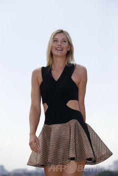 全仏オープンテニス(French Open 2014)女子シングルスで優勝を果たし、パリ(Paris)市内で写真撮影に臨むマリア・シャラポワ(Maria Sharapova、2014年6月8日撮影)。(c)AFP/KENZO TRIBOUILLARD ▼2Jun2014AFP|全仏優勝のシャラポワがパリ市内で写真撮影 http://www.afpbb.com/articles/-/3017242 #Maria_Sharapova