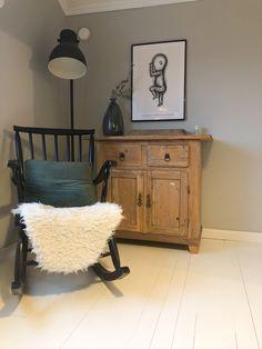 Black rocking chair, Old wooden cabinet, Birth poster, Bedroom decoration ideas, makuuhuoneen sisustus, musta keinutuoli, vanha puukaappi