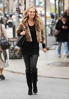 Molly Sims #winter #coldweather #outfit #effortless #casual #chic #fur #coat #jacket #leopard #leopardprint #animalprint #prints #layers #leather #pants #boots #handbag #street #urban #style #trendy #fashion #details