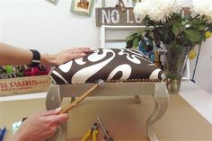 Esta vez tapizamos una banqueta y rematamos con tachas, una técnica para aprender con este paso a paso
