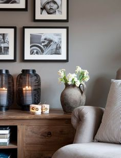 Gedeckte Töne machen dieses Zimmer zu einem echten Einrichtungs-Highlight >> Black and white photography with simple black frames really pop against soft putty-coloured walls. Try Farrow and Ball's Hardwick White for similar.
