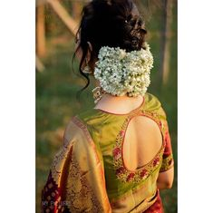 Latest Simple Fashionable blouse pattern - The handmade craft Bridal Hairstyle Indian Wedding, Bridal Hair Buns, Bridal Hairdo, Indian Wedding Hairstyles, Indian Hairstyles For Saree, Indian Bridal Sarees, Wedding Updo, Pakistani Dresses, Blouse Back Neck Designs