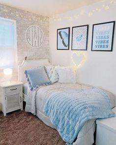 Dorm Room Themes, Cool Dorm Rooms, Dorm Room Designs, Cute Bedroom Ideas, Room Ideas Bedroom, Small Room Bedroom, Blue Room Decor, Blue Rooms, Girl Room