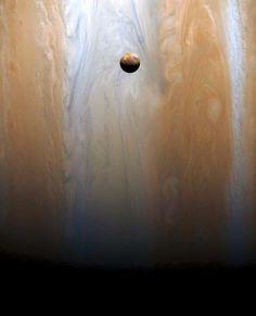 Ío flotando sobre Júpiter