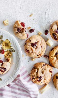 Karpalo-valkosuklaakeksit | Meillä kotona No Bake Cookies, No Bake Cake, Baking Cookies, Marzipan, Dessert Recipes, Desserts, Sweet Recipes, Sweet Tooth, Sweet Treats
