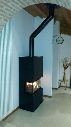 CONTURA i51 Acciaio nero: un inserto moderno con visione del fuoco su 3 lati. Le origine: PROGETTO FUOCO