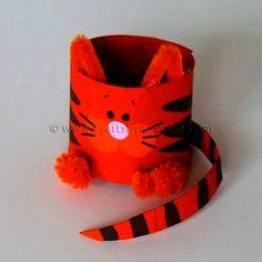 Очень милая поделка кот, которую можно сделать из картона от туалетных рулонов.