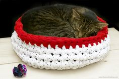 Free crochet pattern with tutorial for making a cat bed.   Every kitty needs a place to take a nap!  http://www.thezenofmaking.com/2013/02/tutorial-super-bulky-crocheted-cat-bed.html