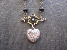 Gothic Heart Assemblage Necklace / Repurposed par hollyglimmer