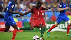 Éder chuta para marcar o gol de Portugal na final da Eurocopa contra a França
