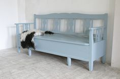 Foto's toepassingen Uula iNTO Decor, Furniture, Home, Wooden Bench, House Inspiration, White Interior, Old Benches, Home And Living, Painted Benches