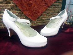 Zapato en blanco roto con una original pulsera, precioso y sencillos para ese día tan especial.