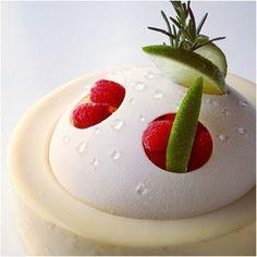 アテスウェイ So precise, like molecular dessert articulated! Fancy Desserts, Delicious Desserts, Dessert Presentation, Baking And Pastry, Pastry Chef, Pastry Art, Edible Food, French Pastries, Culinary Arts