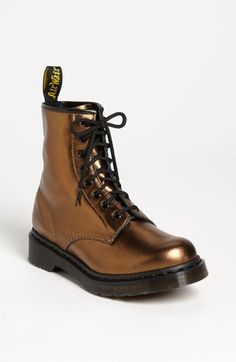 Doc Martens - What are they and how do you wear them? Botas Doc Martens, Doc Martens Stiefel, White Doc Martens, Doc Martens Outfit, Grunge Style, Soft Grunge, Galaxy Converse, Botas Grunge, Doc Martins