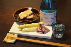【ホワイトアスパラ】いよいよ楽しみにしていたこの味も酒卓に並ぶ季節、今日はチャーシューを添えて日本酒とともに。滋賀「七本鎗」の大吟醸の酒粕をオーブンでちょっと焼いて砂糖醤油でちびちびと。お酒も滋賀の「浜大津こだわり朝市」の肴ラベルで滋賀合わせになりました。