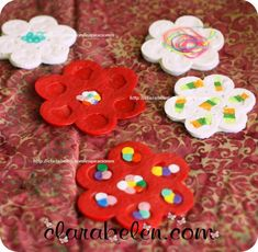 How to make coasters with recycled plastic caps Plastic Bottle Caps, Bottle Cap Crafts, Bottle Cap Coasters, Reuse Bottles, Melted Plastic, How To Make Coasters, Recycling, Place Mats, Projects