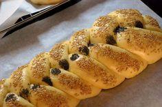 Greek Desserts, Greek Recipes, Yeast Bread, Group Meals, Bon Appetit, Hot Dog Buns, Bagel, Easter Eggs, Good Food