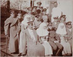 Anna Vyrubova, Grã-duquesas Tatiana Nikolaevna e Olga Nikolaevna com os pacientes feridos.