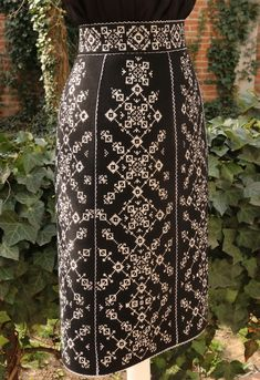 Fashion Details, Wallpaper Backgrounds, High Waisted Skirt, Fashion Dresses, Traditional, Costumes, Embroidery, Knitting, My Style