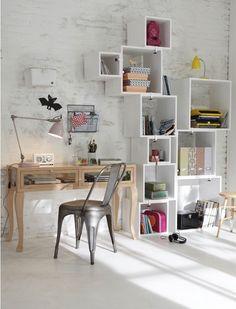 Mira qué ingenioso mueble, hecho con cajas de madera de diferentes tamaños. Me parece ideal para el #cuarto de un/a adolescente