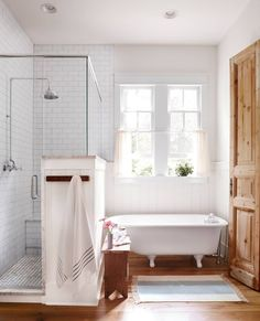 Soak in the suds AND the sunshine in this refurbished 1930s claw-foot tub (: Max Kim-Bee, : @farmhouseforfour) #homedecor #homesweethome #country