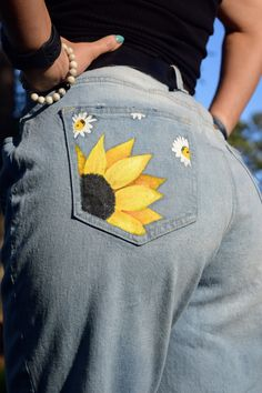 Hand painted sunflower and daisy boyfriend jeans Painted Shorts, Painted Jeans, Painted Clothes, Hand Painted, Winter Fashion Outfits, Diy Fashion, Ideias Fashion, Diy Clothing, Custom Clothes