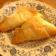 Triángulos de masa filo con espinaca y queso