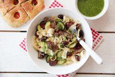 Pasta med biffstrimler og pesto Penne Pasta, Pasta Salad, Meat, Chicken, Ethnic Recipes, Food, Beef, Meal, Essen