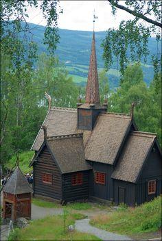 Garmo stavkyrkje, Maihaugen ved Lillehammer. Kyrkja vart reven i begynnelsen av 1880-åra, og gjenoppbygd på Maihaugen i 1920-åra.