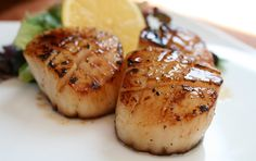 A flavorful marinade can make all the difference. In this case, it's the lovely combination of bourbon sauce and maple syrup that gives the scallops a sump Grilling Recipes, Fish Recipes, Seafood Recipes, Appetizer Recipes, Great Recipes, Favorite Recipes, Appetizers, Yummy Recipes, Dinner Recipes