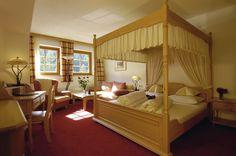 Himmelbettzimmer #Himmelbett #zimmer #design #interior #gemütlich #alm #berge #lesachtal #kärnten #Urlaub #travel #Hotel #wellnesshotel #Tuffbad  #gemütlich #almwellness #