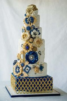 Design cake decorated with blue flower | Jivaana.com | Absolutely gorgeous wedding cake design | Blue | Gold | Theme