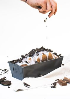 Een heerlijke stroopwafel- of boerencake maken? Gebruik een Sareva cakevorm! Deze is gemaakt van geëmailleerd staal. Hierdoor is de bakvorm niet alleen duurzaam, maar wordt de cake ook gelijkmatig en mooi bruin gaar. De Sareva cakevorm is 26 cm lang en goed voor zo'n 15 dunne plakjes cake. Je kunt de Sareva cakevorm het beste schoonmaken met een sopje en daarna direct afdrogen. Let's bake that cake!