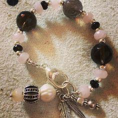 Quarzo fume', mezzi cristalli di Boemia neri e rosa ... Charm in argento, perle di fiume e pietre dure  .... Bellissimo!!