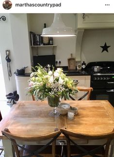 English Kitchens, Rustic Kitchen, Kitchen Design, Kitchen Ideas, Home Improvement, Sweet Home, Table Settings, Dining Table, Living Room
