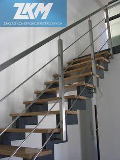 Schody wewnętrzne z trepami dębowymi, balustrada z nierdzewnej stali szlifowanej.