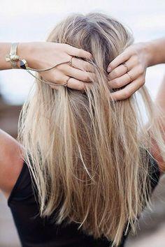 """31. Un corte de largo medio con una suave forma en """"v"""" hace que el cabello se vea más largo."""