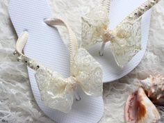 Boho wedding Ivory lace bridal flip flops por AdrianaSantosBridal