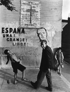 Eugene Smith 1951 Extremadura Province of Caceres. People playing in front of a painting showing Franco (from 'Spanish Village' photo-essay) Photography Institute, War Photography, Street Photography, Urban Photography, Color Photography, White Photography, Stephen Shore, Cindy Sherman, Tucson