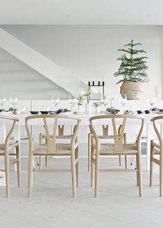 A Christmas table in the Norwegian home of Nina Holst / Stylizimo.