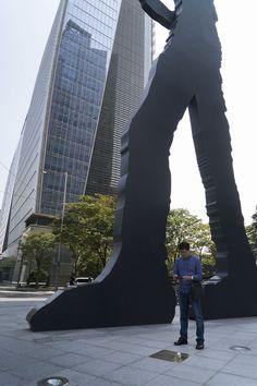 1조 답사. 해머링맨 아래서. 해머링맨의 높이가 보이죠. 우리 시민 발굴단원이 아주 작아보입니다. #공공미술 #공공미술시민발굴단 #해머링맨 #시민발굴단1조