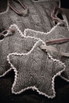 Old clothes will be the cheapest material to make easy home decor at home. When you have a lot of old clothes like T-Shirt or sweater, you can change them into something pretty as home decoration. Knitted Christmas Decorations, Diy Christmas Ornaments, Holiday Crafts, Ornaments Ideas, Christmas Star, Handmade Christmas, Christmas Stuffing, Burlap Ornaments, Homemade Ornaments