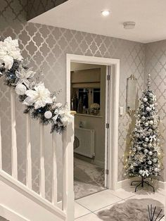 Grey Wallpaper Living Room, Hall Wallpaper, Trellis Wallpaper, Living Room Grey, Luxury Christmas Decor, Christmas Room, Decor Home Living Room, Grey Home Decor, Grey And White Hallway